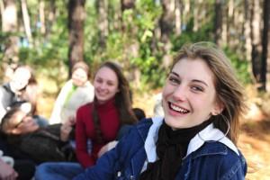 Studenten im Wald gluecklich
