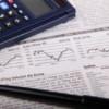 Taschenrechner, Aktienkurse und Kugelschreiber